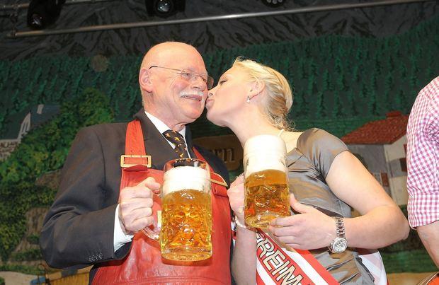 Ein Prosit auf Bremens fünfte Jahreszeit: Innensenator Ulrich Mäurer und Miss Freimarkt Anne Imhoff. (Frank Thomas Koch)